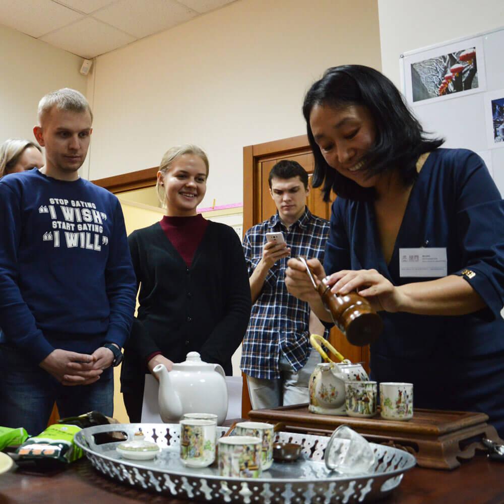 Преподаватель Ли Цзин - хозяйка чайной гостиной